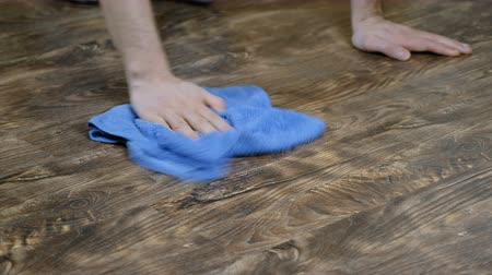 coletando : A man washes the floor cloth. Male hand wipes the laminate, the mens housekeeping, 4K Vídeos