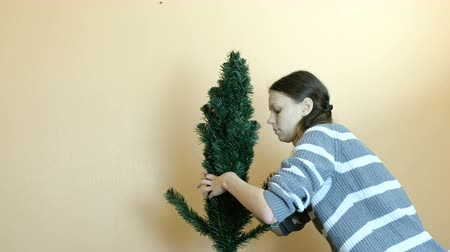 szobalány : Woman connects the branch to the top of the artificial tree. Removes the top of the tree. Stock mozgókép