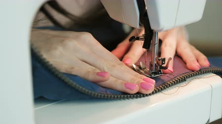 oddanost : Close-up of Seamstress sews to blue jacket leather inserts on sewing mashine. Dostupné videozáznamy