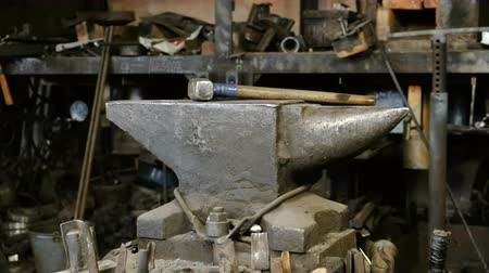 spawacz : Hammer on anvil in the blacksmiths shop. Wideo