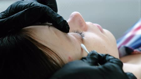деление : Beautician separates the lashes with a needle. Botox and lash lamination. Beauty treatment. Closeup eye. Стоковые видеозаписи