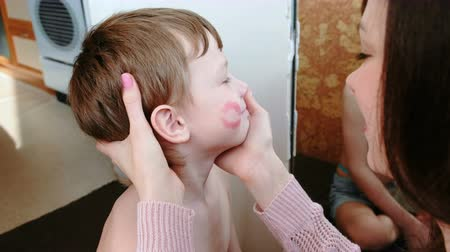 прижиматься : Mom kisses her son on the cheek and leaves a trace of lipstick. Theyre sitting in front of the mirror.
