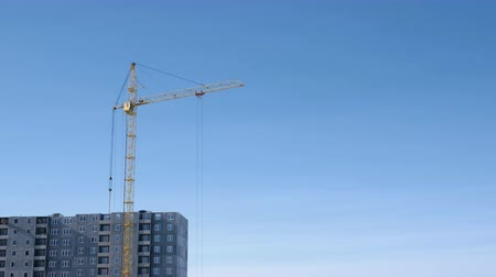 строительные леса : Construction of a multi-storey building. Crane turns to the side.