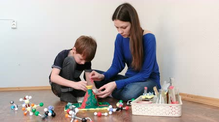 воронка : Mom and son applied the chemicals into the funnel for the experiment with a clay volcano. Стоковые видеозаписи