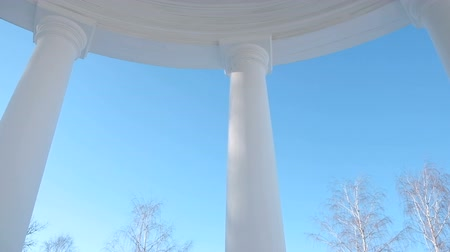 tontura : Gazebo inside, with views of the clear sky. Camera movement around. Vídeos