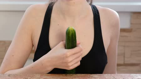 болваны : Woman hands holding cucumber and play with it. Safe sex concept. Стоковые видеозаписи
