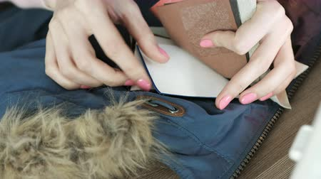 zíper : Selection of samples of leather fabric for sewing to the jacket. Womens hands with tissue samples. Vídeos