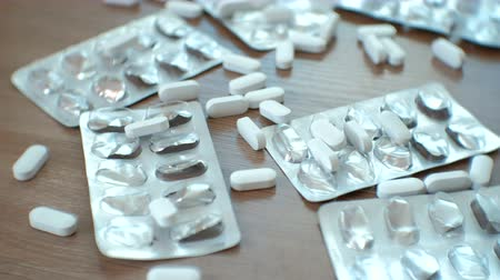 aşırı doz : White pills and blisters of pills.
