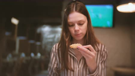 pasztet : Young beautiful woman brunette eats sandwich with chiken pate. Wideo