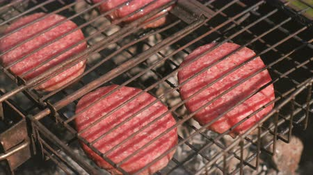 фарш : Beef cutlets on the grill. Close-up.