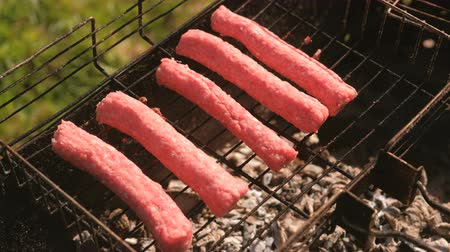 kükreme : Sausages are fried on the grill.