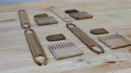scallop : Tools for weaving scallops and shuttles on a wooden table in the workshop.
