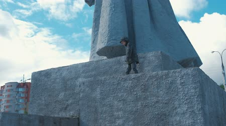 talapzat : Seven-year-old boy climbs of the pedestal of the monument. Parkour in town.