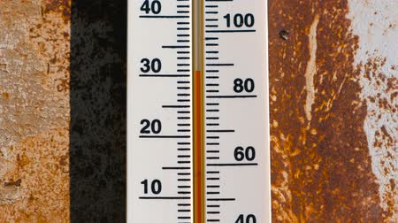 higany : Thermometer on a rusty wall which shows 30 degrees of heat.