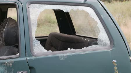 vandalismo : Car with broken Windows. Accident abandoned old car. Side view. Stock Footage