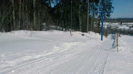People in ski lift on mountain in winter city park. Vídeos