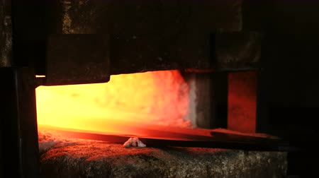 kütük : Making the sword out of metal at the forge. Heating of metal billets in the furnace.