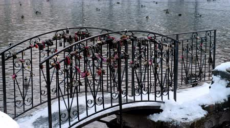 bağlılık : Castles or locks of the newlyweds on the bridge over the pond in the Park. Side view.