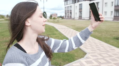 伝える : Blogger tells the story to her subscribers, shooting herself on a mobile phone, selfie video.