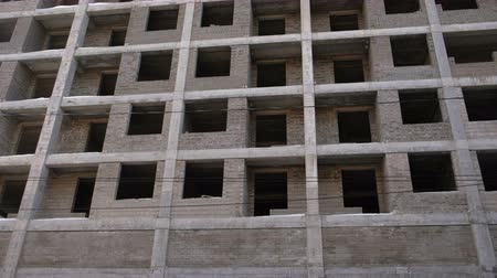 em desenvolvimento : Multi-storey residential building under construction. Side view, camera moving from left to right. Vídeos