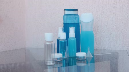 frasco pequeno : Travel set of jars for cosmetics. Shampoo, shower gel, face cream.