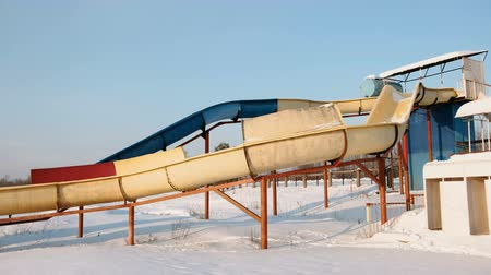felhőtlen : Water slides on a snowy beach in winter day. Side view.