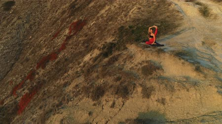 reclináveis : Beautiful view of woman doing yoga stretching on the edge of huge mountain sunset.