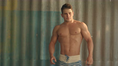 мышцы : Bodybuilder strong athletic muscle man, sport guy showing his male muscles, standing bac. People