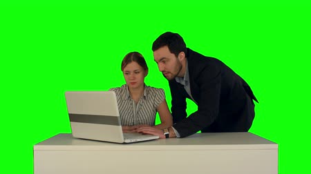 ключ : Business people Having Meeting Around Table with laptop on a Green Screen, Chroma Key. Professional shot on BMCC RAW with high dynamic range. You can use it e.g in your commercial video, business video, office theme.