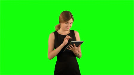 vysoká klíč : Portrait of a professional business woman with tablet on a Green Screen, Chroma Key. Professional shot on BMCC RAW with high dynamic range. You can use it e.g in your commercial video, business video, office theme.