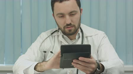醫療保健 : Doctor with a calculator. calculation of costs and revenues