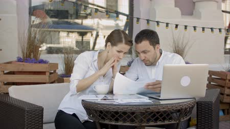 отменить : Businessman tearing up a document, contract or agreement on business meeting in cafe
