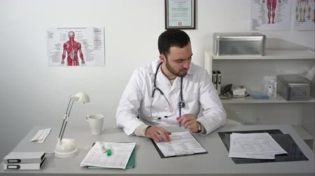 Войти : Medical doctor waiting client