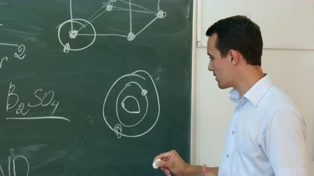 grãos : Teacher of chemistry leading lecture in colledge. Stock Footage