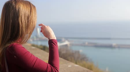 spanyolország : Beautiful girl enjoying view of sunny Barcelona