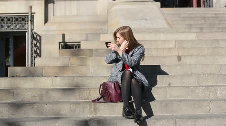 avelã : Beautiful woman look at pocket mirror seat on stairs Stock Footage