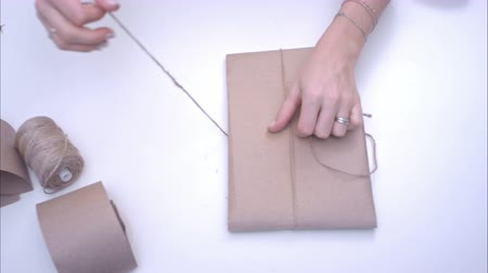 джут : Woman wrapping present with jute