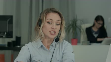 предпринимателей : Young female manager in headset having business discussion via laptop