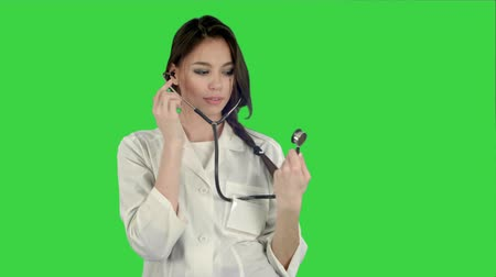 piada : Funny female doctor playing with a stethoscope on a Green Screen, Chroma Key Vídeos