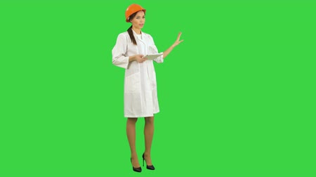 тачпад : Smiling female engineer with tablet taking to the camera on a Green Screen, Chroma Key