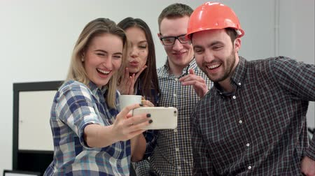 proposta : Group selfie shot of colleagues having fun in their office