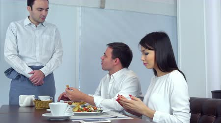 quarreling : Male customer not satisfied with his food and asking waiter to take it away
