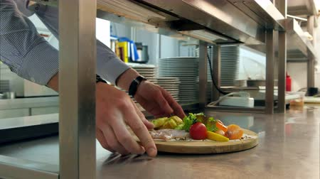 cielęcina : Chef putting prepared dish on the counter for waiter to take away