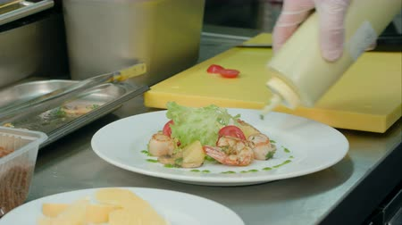 seafood dishes : Chefs male hands adding sauce and spices to fresh salad with shrimps Stock Footage