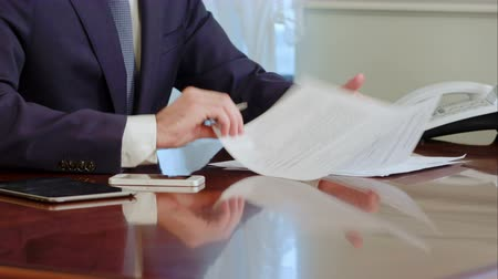 financiamento : Man hand signs a paper document with ballpoint pen. Signature is fake.