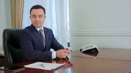 miktar : Successful young businessman counts euro bills speaking with colleague in the office Stok Video