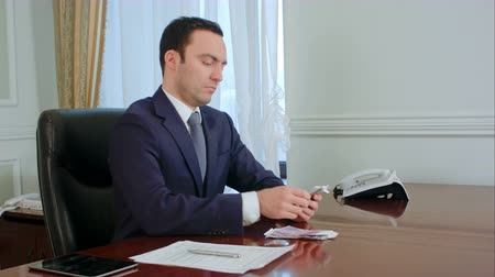 exibindo : Confident young businessman counting money and planing the budget Stock Footage