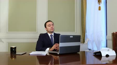 воротник : Thoughtful politician sitting at a desk and thinking Стоковые видеозаписи