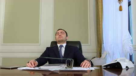 reclináveis : Overworked businessman falling asleep in office