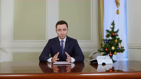 штаб квартира : Optimistic charming president looking at camera and speacking before Christmas